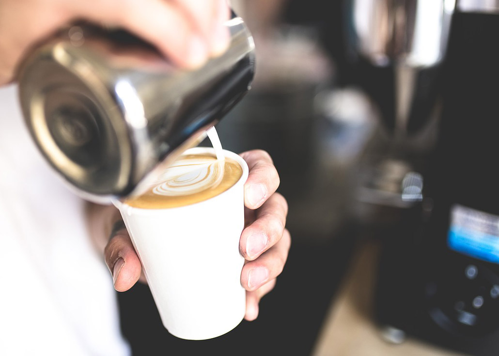 Espresso und Milch vereinen zum perfekten Cappuccino