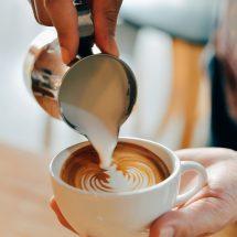 perfekte Milch im Kaffee und Tricks beim Milchgießen