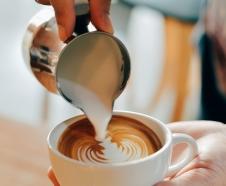 Die perfekte Milch im Kaffee und Tricks beim Milchgießen